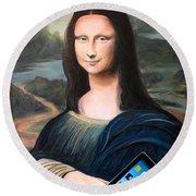 Mona Lisa With Ipad Round Beach Towel