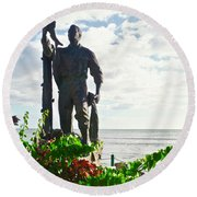 Monumento Al Pescador Juanadino Round Beach Towel
