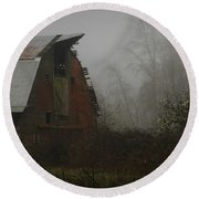 Old Barn In Fog Round Beach Towel