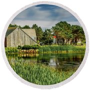 Old Barn In Kingsburg Round Beach Towel
