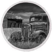 Old Vintage Pickup In Black And White By An Abandoned Farm House Round Beach Towel