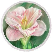 Pink Daylily And Green Buds Round Beach Towel