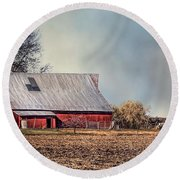 Red Barn In Late Fall Round Beach Towel