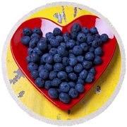 Red Heart Plate With Blueberries Round Beach Towel