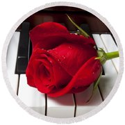 Red Rose On Piano Keys Round Beach Towel