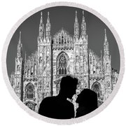 Silhouette Of Young Couple Kissing In Front Of Milan's Duomo Cathedral Round Beach Towel