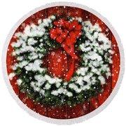 Snowy Christmas Wreath Round Beach Towel
