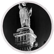 Statue Of Liberty On V E Day Round Beach Towel