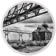 Sturgeon Bay Ship Canal North Pierhead Lighthouse In Black And White Round Beach Towel