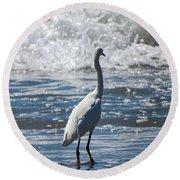 Egret And The Waves Round Beach Towel