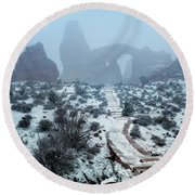 Turret Arch In The Fog Round Beach Towel