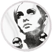Twiggy Bw Portrait Round Beach Towel