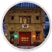 Vintage Chicago Firehouse With Xmas Lights And W Flag Round Beach Towel