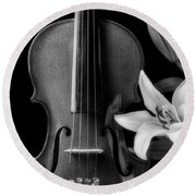 Violin And Lily In Black And White Round Beach Towel