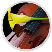 Violin With Yellow Calla Lily Round Beach Towel