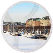 Waiting Out Winter Round Beach Towel