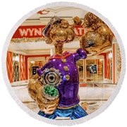 Wynn Popeye Statue By Jeff Koons Round Beach Towel