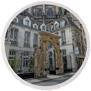 Facade On Rue Des Rosiers Round Beach Towel