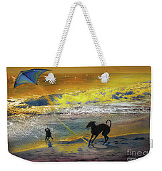 Weekender Tote Bag featuring the photograph Juegos De Playa by Alfonso Garcia