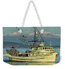 Weekender Tote Bag featuring the photograph Making The Turn by Randy Hall