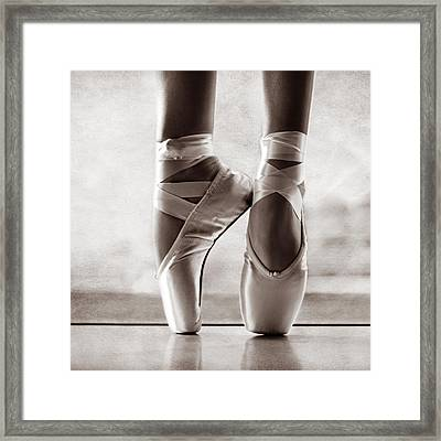Ballet En Pointe Framed Print by Laura Fasulo