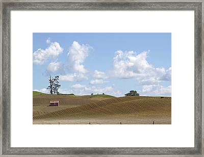 Barn In Field Framed Print by Les Cunliffe