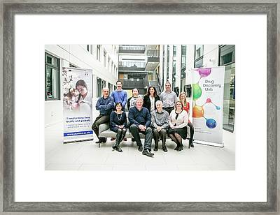 Drug Discovery Unit Researchers Framed Print by Gustoimages
