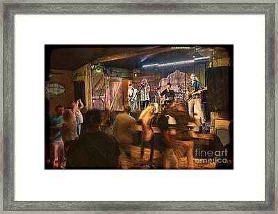 Keri Leigh Singing At Schmitt's Saloon Framed Print by Dan Friend