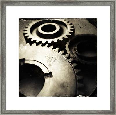 Cogs Framed Print by Les Cunliffe