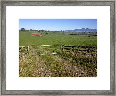 Old Barn  Framed Print by Les Cunliffe