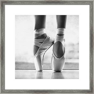 Ballet En Pointe Framed Print by Laura Fasulo
