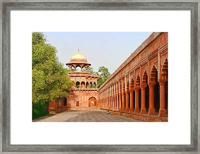 Architecture At Taj Mahal Complex Framed Print by Linda Phelps
