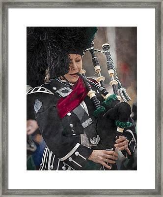 Bagpiper Irish Lady Framed Print