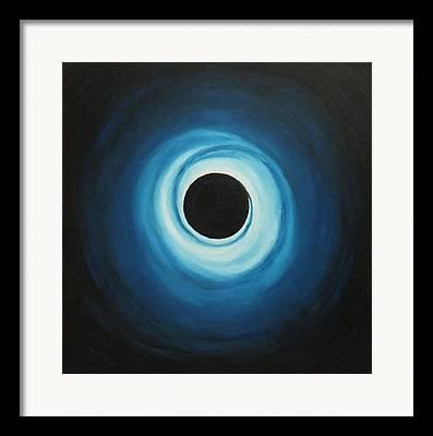 Schwarzes Loch Framed Prints
