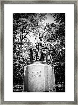 Chicago Lincoln Head Of State Statue In Black And White Framed Print by Paul Velgos