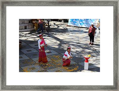 Child Performers - Wat Phrathat Doi Suthep - Chiang Mai Thailand - 01131 Framed Print by DC Photographer