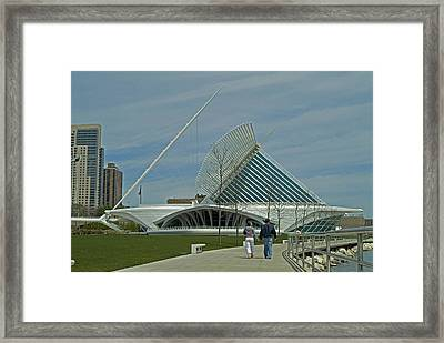 Couple In Front Of Milwaukee Art Museum Framed Print by Devinder Sangha