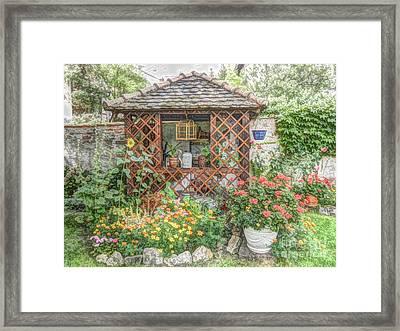 Dans Le Jardin Framed Print