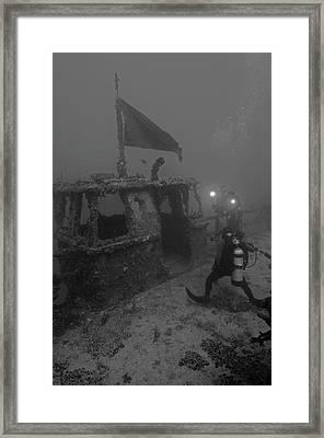 Divers Explore The Massive Uss Spiegel Framed Print