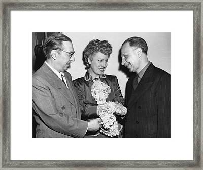 Dunne And Pulitzer Recepients Framed Print by Underwood Archives