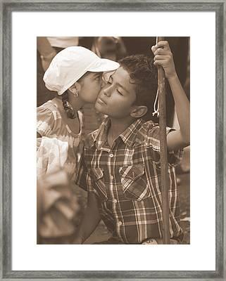 El Besito Framed Print