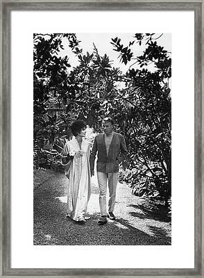 Elizabeth Taylor And Richard Burton In La Framed Print