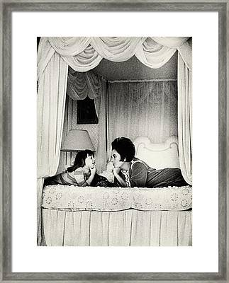Elizabeth Taylor With Her Daughter Framed Print