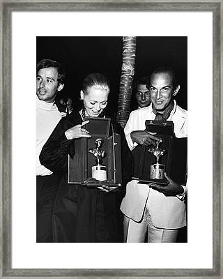 Faye Dunaway And Oscar De La Renta Holding Awards Framed Print