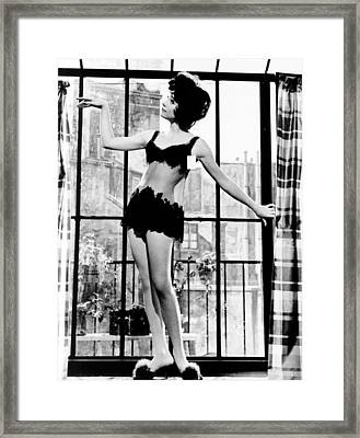 Irma La Douce, Shirley Maclaine, 1963 Framed Print by Everett