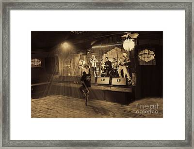 Keri Leigh Singing At Schmitt's Saloon Framed Print by Dan Friend