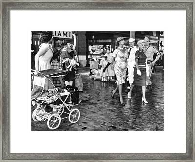 Loren And Nichols Catch Eyes Framed Print by Underwood Archives