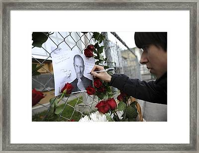 Memorial To Steve Jobs Framed Print by Science Photo Library