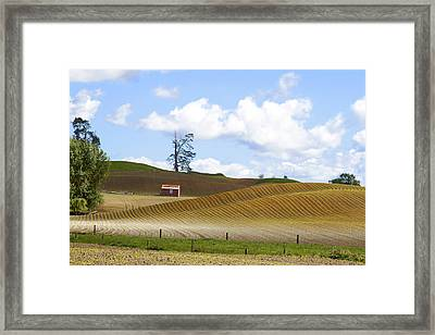 Old Red Barn  Framed Print by Les Cunliffe