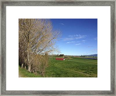 Red Barn Framed Print by Les Cunliffe